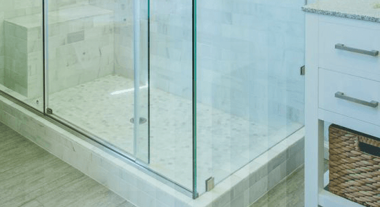 foto de detalhe de banheiro com box de vidro