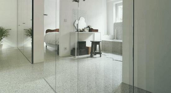 foto de detalhe de parede de quarto coberta de espelho