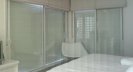 foto de ambiente com janelas e portas acusticas de pvc fechadas
