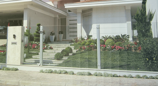 foto de casa com muro de vidro