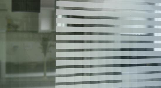 foto de detalhe de vidro com aplicacao de pelicula listrada