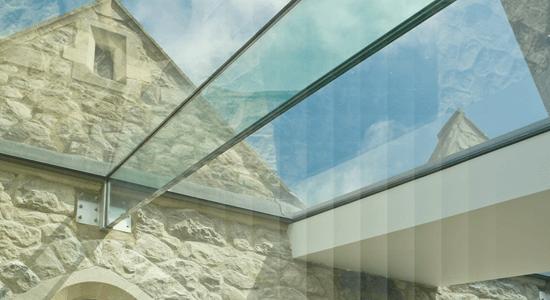 foto de ambiente com teto de vidro