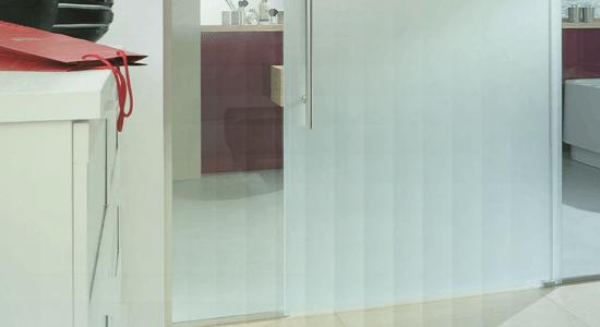 foto de porta feita de vidro acidato dividindo ambientes