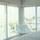 foto de quarto de dormir com janelas fechadas com vista pra cidade