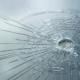 imagem de vidro blindado rachado por tiro