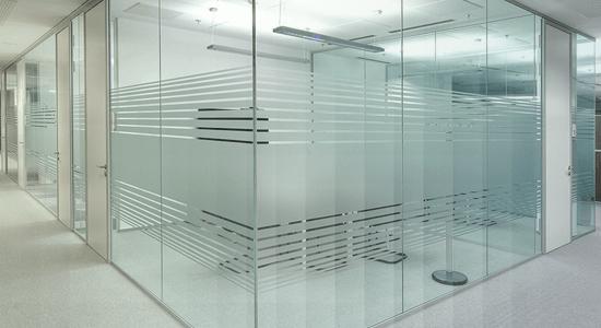 foto de ambiente de escritorio com divisoria de vidro jateado