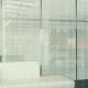 imagem de sala com parede de vidro decorativo xadrez