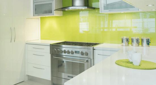 foto de cozinha com parede coberta de vidro laqueado amarelo