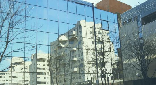 foto de fachada de predio em vidro refletivo