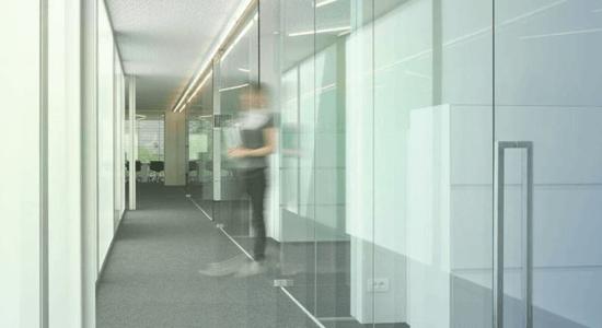 foto de divisoria de escritorio em vidro temperado